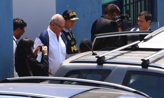 El expresidente peruano Pedro Pablo Kuczynski (3i) sale de la sede de Medicina Legal tras su detención este miércoles en Lima (Perú). EFE