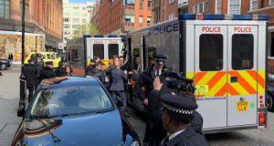 Miembros de la Policía Metropolitana de Londres arrestan al fundador del portal WikiLeaks, Julian Assange, a las puertas de la embajada ecuatoriana en Londres, el 11 de abril de 2019, en Londres (Reino Unido). EFE