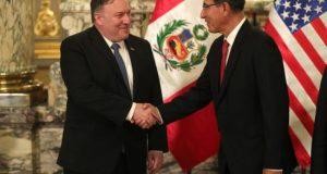 """El secretario de Estado de los Estados Unidos, Mike Pompeo, felicitó este sábado a Perú """"por su generosidad"""" al haber recibido a unos 700.000 venezolanos que huyeron de la crisis política y humanitaria en su país, tras reunirse en Lima con el presidente peruano, Martín Vizcarra."""