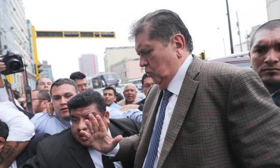 En la imagen, el expresidente peruano Alan García (c). EFE/Archivo