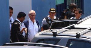 El expresidente peruano Pedro Pablo Kuczynski (3i) sale de la sede de Medicina Legal tras su detención preliminar por 10 días el pasado miércoles en Lima (Perú). EFE
