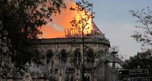 Vista general del incendio que consume el techo de la catedral de Notre Dame este lunes, en París (Francia). EFE