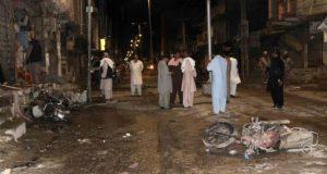 Miembros de las fuerzas de seguridad de Pakistán inspeccionan la zona en la que se produjo una explosión el pasado viernes, cerca de la frontera afgana en Chaman, Pakistán. EFE