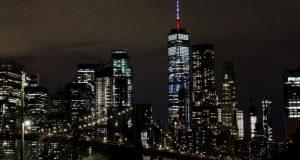 La parte superior del One World Trade Center se ve iluminada con los colores de la bandera francesa, como muestra de solidaridad tras el incendio en la Catedral de Notre Dame, este martes en Nueva York. EFE