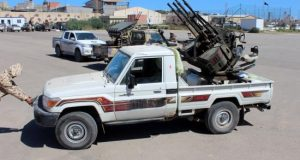 Varios militares se preparan para ir a la línea de combate en Trípoli (Libia). EFE/Archivo