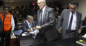 Fotografía cedida por el Poder Judicial del Perú donde se aprecia al expresidente peruano, Pedro Pablo Kuczynski (c), acompañado de su abogado, César Nakazaki (c). EFE/Archivo