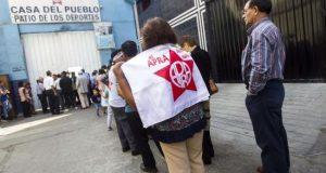 """Miles de personas, incluidos políticos y partidarios, acuden este jueves a despedir al expresidente peruano Alan García en el velatorio levantado en la """"Casa del Pueblo"""", la antigua sede del partido Aprista en el centro de Lima (Perú). EFE"""