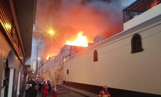 """Un gran incendio se desató al atardecer de este viernes en la zona comercial de """"Mesa redonda"""", en el centro histórico de Lima, en la que en 2001 murieron unas 300 personas en un suceso similar, aunque hasta este momento no hay reportes de víctimas o heridos."""