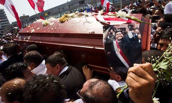 """El féretro del expresidente peruano Alan García fue registrado este viernes, tras el velorio celebrado en la """"Casa del Pueblo"""", la sede central del Partido Aprista Peruano (PAP), en Lima (Perú). EFE"""