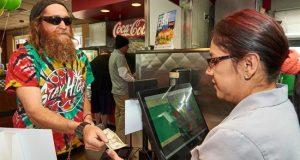 Brian Price (i) fue registrado este sábado al pedir una hamburguesa especial con extracto de cannabis de Carl's Jr. Rocky Mountain High Cheese Burger Delight, en Denver (Colorado, EE.UU.). EFE
