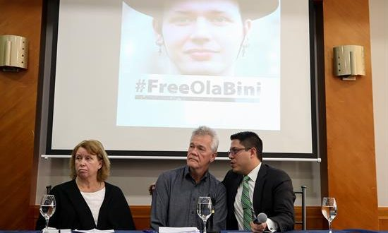 Dag Gustafsson (c) y Görel Biniel (d), padres del experto informático Ola Bini, y el abogado Carlos Soria (d) ofrecen una rueda de prensa este martes en Quito (Ecuador). EFE