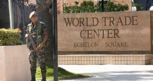 Miembros de las Fuerzas de Seguridad montan guardia en el World Trade Center de Colombo (Sri Lanka) este lunes, un día después de los atentados. EFE