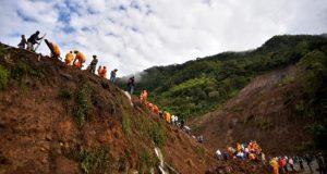 Las autoridades colombianas reanudaron este lunes las operaciones de búsqueda y rescate de más de una decena de desaparecidos por el deslizamiento de tierra causado por las fuertes lluvias en Rosas, municipio del departamento del Cauca (suroeste), que el domingo dejó al menos 17 muertos y 5 heridos.