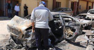 Un hombre inspecciona los daños causados por un bombardeo, la semana pasada en Trípoli (Libia). EFE
