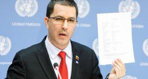 El canciller de Venezuela Jorge Arreaza habla con la prensa este jueves, en la sede de las Naciones Unidas, en Nueva York (Estados Unidos). EFE