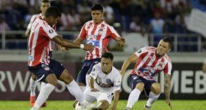 Rafael Pérez (i) de Junior disputa un balón con Adolfo Gaich (c) de San Lorenzo este jueves en un partido del grupo F de la Copa Libertadores entre Atlético Junior y San Lorenzo en el estadio Metropoliano en Barranquilla (Colombia). EFE