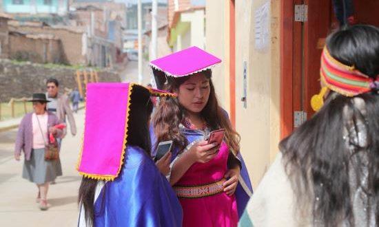 Símbolo de la mixtura colonial e inca, el pequeño pueblo de Vilcashuamán, en el sur de Perú, quiere darse a conocer al mundo a través de las redes sociales, tras la llegada de una mayor cobertura de internet móvil de alta velocidad a esta recóndita zona de los Andes.