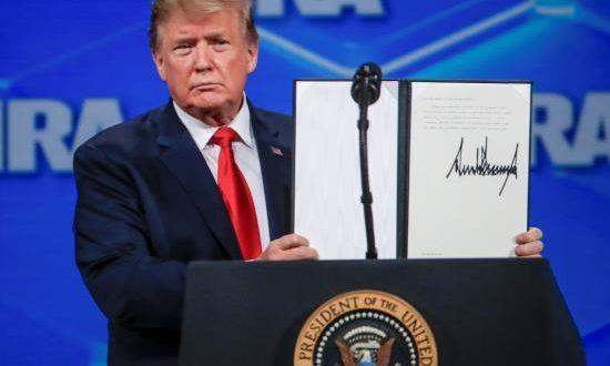 El presidente, Donald Trump, distanció hoy a su país del régimen internacional de comercio de armas convencionales, al anunciar que retirará al país de un tratado de la ONU que regula el intercambio global de armamento para evitar que caiga en las manos equivocadas.