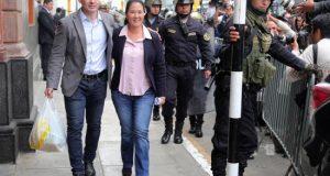 Imagen de Archivo de Keiko Fujimori (c), principal líder opositora en Perú, y su esposo Marik Vito de Villanella (i), EFE/Archivo