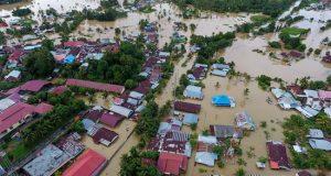 """Las lluvias torrenciales de los días previos anegaron """"de forma extendida"""" nueve municipios y ciudades de Bengkulu, según indicó el portavoz de la agencia de gestión de desastres (BNPB). EFE"""