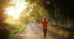 """Los resultados son """"buenas noticias para los adultos mayores que pueden tener dificultad para caminar a pasos más rápidos"""", dijo Keith Díaz, investigador del Centro Médico de la Universidad de Columbia en la ciudad de Nueva York."""