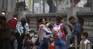 Los migrantes venezolanos esperan en la embajada de su país un autobús que los transportará al aeropuerto de Lima, Perú. Foto de archivo.