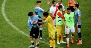Perú vs, Uruguaya: futbolistas uruguayos saludaron a los peruanos. (Foto: Reuters)