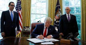 Donald Trump dijo a periodistas que las sanciones, que afectarán al líder supremo iraní Ayatolá Alí Jamenei, responden a el derribo de un avión estadounidense no tripulado la semana pasada.