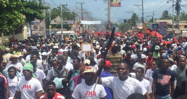 Realizan masiva protesta contra la corrupción, el domingo 9 de junio de 2019 en Haití.