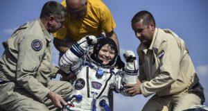 La cápsula Soyuz con los astronautas de Canadá, Rusia y Estados Unidos aterrizó en las estepas de Kazajistán, después de un viaje de tres horas y media desde el laboratorio en órbita.