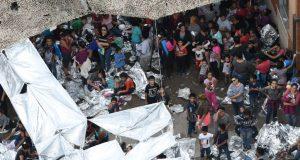 Imagen de archivo de migrantes vistos fuera de la estación McAllen de la Patrulla Fronteriza de EEUU, en un campamento improvisado en McAllen, Texas, EEUU, Mayo 15, 2019. REUTERS/Loren Elliott.
