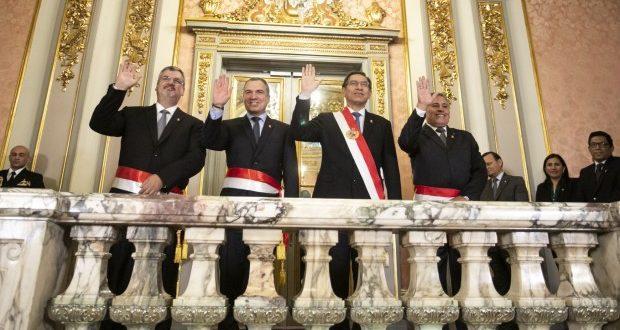 La ceremonia de juramentación se llevó a cabo ayer minutos después del mediodía en el Salón Dorado de Palacio de Gobierno. Castillo (izquierda) asume el sector Cultura y Moscoso (derecha) va a Defensa. (Foto: Presidencia)