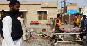 El personal de rescate pakistaní traslada a una víctima lesionada de un ataque con bomba suicida en la entrada de un hospital en la aldea de Kotlan Saidan. (Foto: AFP)