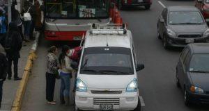 Los colectivos informales que invaden la ruta del corredor Javier Prado son, sobre todo, minivanes (M2). Estos vehículos no están contemplados en el 'pico y placa'. (Foto: El Comercio)