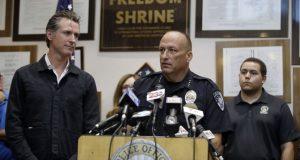 Las autoridades de California informan sobre los más recientes daños del terremoto del viernes 5 de julio. De izquierda a derecha, el gobernador Gavin Newsom, al centro, el jefe de policía de Ridgecrest Jed McLaughlin, a la derecha, un funcionario estatal. Julio 6, de 2019.