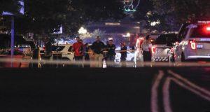Autoridades trabajando en el lugar de un tiroteo masivo, el domingo 4 de agosto de 2019 en Dayton, Ohio. (AP Foto/John Minchillo)