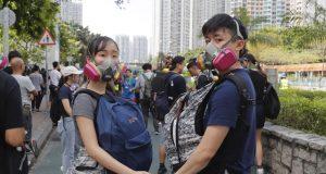 La policía empleó gases lacrimógenos en el distrito de Wong Tai Sin, donde se produjeron choques con los manifestantes durante el fin de semana.