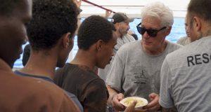 Richard Gere llevó comida y provisiones al buque humanitario. (Foto: Agencias)