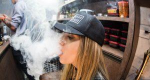 Investigadores examinaron datos de 21 estudios publicados anteriormente con más de 128.000 participantes de entre 10 y 24 años. En general, los jóvenes que usaron cigarrillos electrónicos tenían 3,5 veces más probabilidades de usar marihuana, según el análisis.