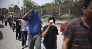 Migrantes regresan a México por el puente Puerta México que cruza el Río Bravo, en Matamoros, México, el 31 de julio de 2019.