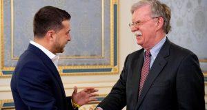 El presidente de Ucrania, Volodymyr Zelenskiy, estrecha la mano del asesor de Seguridad Nacional de la Casa Blanca, John Bolton, el miércoles, 28 de agosto, de 2019, en Kiev, Ucrania.