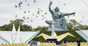 Palomas vuelan alrededor de la Estatua de la Paz durante una ceremonia por el 74to aniversario del ataque con bomba atómica que marcó el final de la Segunda Guerra Mundial, en el Parque de la Paz de Nagasaki, en el sur de Japón, el 9 de agosto de 2019. (Kyodo News via AP)
