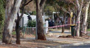 """Un artificiero de la policía se acerca a una casa en Davoren Park, Adelaida (Australia), este martes, tras la evacuación de varias viviendas cercanas durante los preparativos para la detonación de un explosivo conocido como """"La madre de Satán"""". La policía supuestamente encontró material para la fabricación de la bomba en la casa durante una redada nocturna, según medios locales. EFE"""