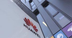El logotipo de Huawei mostrado en la oficina principal del gigante tecnológico chino Huawei en Varsovia, Polonia.