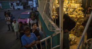 Habitantes del distrito Catia, en Caracas, esperan para recibir las bolsas de comida subsidiada por el gobierno en disputa de Nicolás Maduro, conocidas como CLAP, el 31 de enero del 2019.