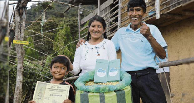 Ganadores. Vicentina Phocco y Pablo Mamani cultivan café desde 1995 en los valles de Sandia, en la región Puno.