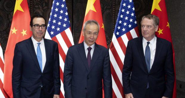 El viceprimer ministro chino, Liu He (centro), posa con el representante comercial de EE.UU, Robert Lighthizer, y el secretario del Tesoro, Steven Mnuchin, previo al diálogo en China, el 31 de julio de 2019.