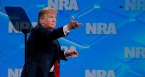 El presidente Donald Trump dijo en Twitter el viernes, 9 de agosto de 2019, que las opiniones del lobby de armas deben ser tenidas en cuenta.