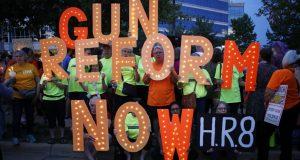 Un grupo de personas participó en una vigilia por las recientes víctimas de tiroteos, en el exterior de la sede de la Asociación Nacional del Rifle, el 5 de agosto de 2019, en Fairfax, Virginia.
