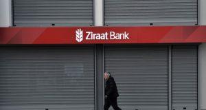 Ziraat Bank, es el mayor banco de activos en Turquía. El gobierno en disputa usaba la entidad para pagar a los contratistas, mover dinero e importar productos en liras turcas.